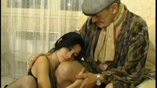 grand-père se fait soulager par une jeunette