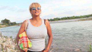 chaude nudiste arabe baisée sur la plage