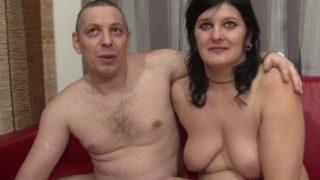 il propose à sa femme de tourner leur premiere video de cul