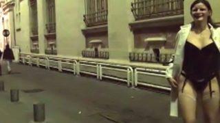 se promener nue dans les rues de Nimes avant de se faire baiser