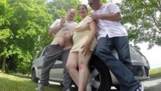 il amène sa femme se faire piner dans un sexshop