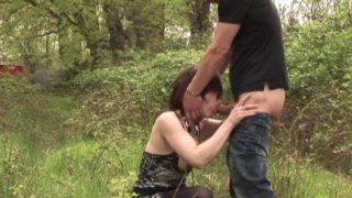 couple exhib surpris entrain de baiser en pleine foret