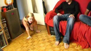 jeune blonde docile lui sert d'objet sexuel