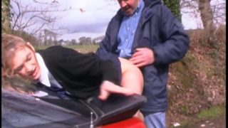 baiser une jeune fille sur le capot de sa voiture