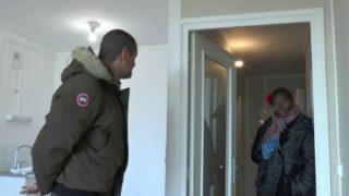 une mama d'origine senegalaise negocie le loyer avec son cul