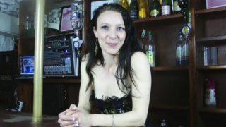 sauter la jeune Barmaid d'un club libertin à Orléans